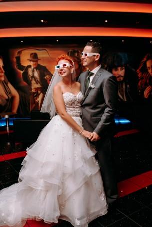 Helyszín: Budapest Dátum: 2019. 09. 29.  Fotós: Dániel  Csilla és Márk a moziban dolgozva ismerkedtek meg, mi sem természetesebb, hogy az esküvő után elmentünk randizni hármasban is! Úgyis régi álmom volt egyszer gyűrűket rejteni a popcorn közé...   Ez a műsorszám termékmegjelenítést tartalmaz. :)